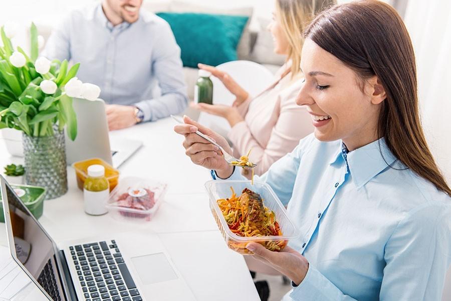 giovane donna pranza coi colleghi