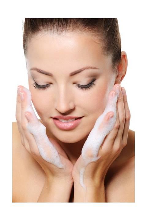 Stress e smog aggrediscono la pelle: scopri come detergere al meglio il tuo viso