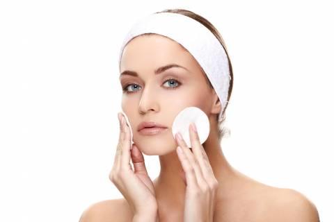 La detersione del viso per mantenere la pelle in salute